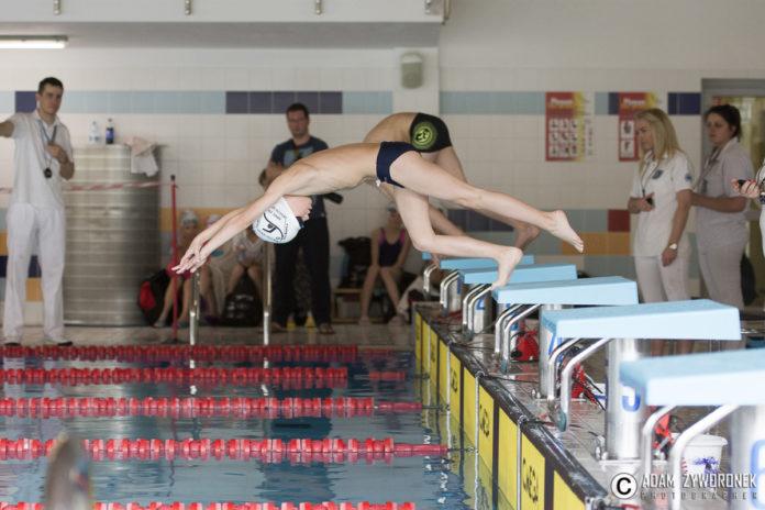 Zawody pływackie na Arenie