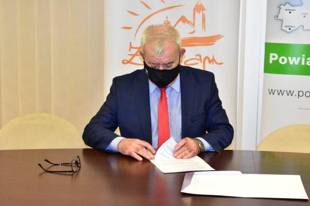 Burmistrz Andrzej Katarzyniec podpisuje umowę na remont sali do tomografii komputerowej