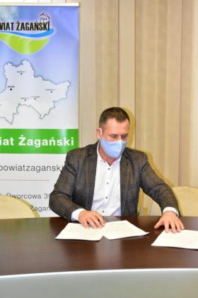 Starosta Henryk Janowicz podpisuje umowę na remont sali do tomografii komputerowej